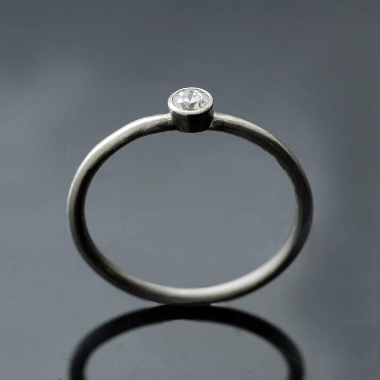 Round Brilliant 0.16ct Diamond set in modern minimal Midi Platinum band