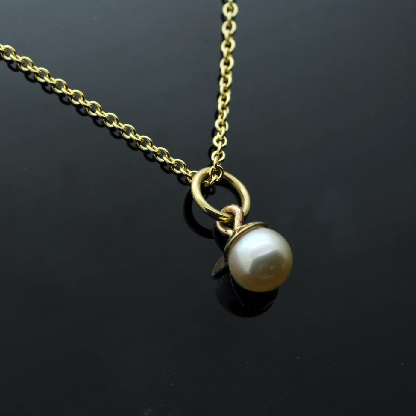 Minimal modern natural white Pearl Yellow Gold necklace