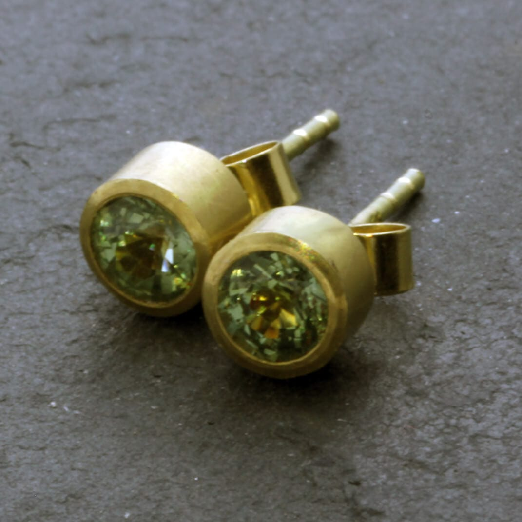 Modern Round Brilliant cut Green Sapphires set in solid Yellow Gold stud earrings